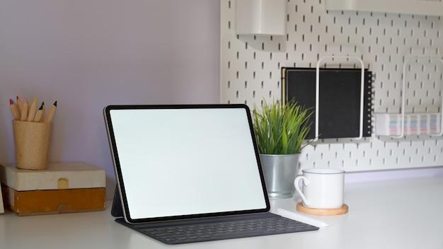 Stijlvolle minimale werkplek met mockup-tablet en kopieerruimte