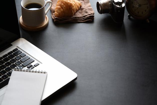 Stijlvolle minimalistische werkpleklaptop en kopieerruimte