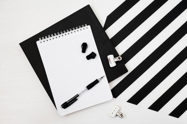 Stijlvolle minimalistische werkruimte met mock-up notebook, potlood, draadloze oortelefoons