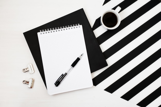 Stijlvolle, minimalistische werkruimte met notitieblok, potlood en een kop koffie