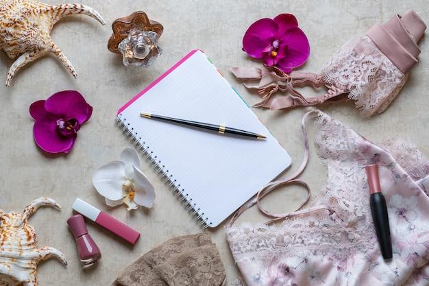 Stijlvolle mode vrouwelijke accessoires bovenaanzicht. kanten roze lingerie, ondergoed.