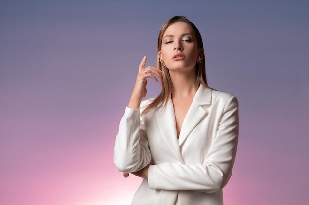Stijlvolle modieuze jonge vrouw in een luxe wit pak