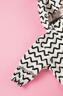 Stijlvolle modieuze kinderjas voor een klein meisje