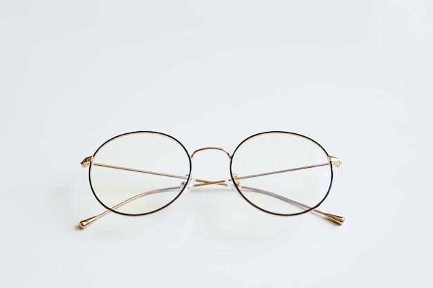 Stijlvolle modieuze unisex brillen geïsoleerd op een witte achtergrond