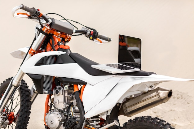 Stijlvolle motor met laptop bovenop