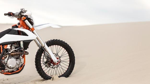 Stijlvolle motorfiets geparkeerd in de woestijn