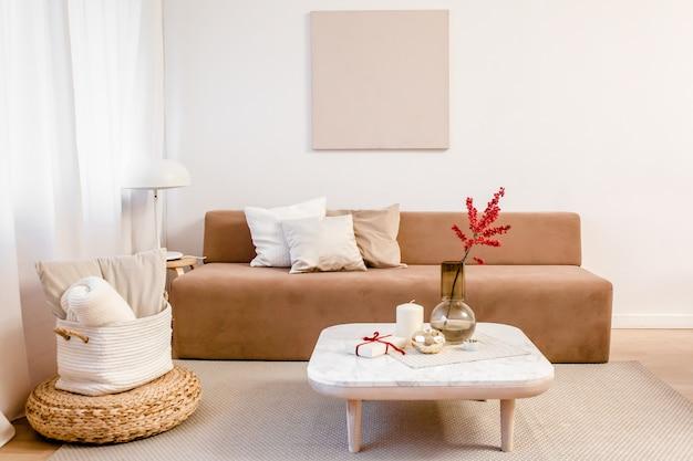 Stijlvolle nordic woonkamer ingericht met comfortabele bank