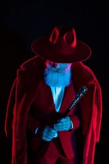 Stijlvolle oude man in het rode pak. ouderwets mannetje. knappe man