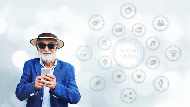 Stijlvolle oudere man met behulp van zijn smartphone