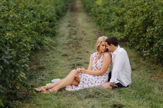 Stijlvolle paar poseren in de natuur. liefde en knuffels