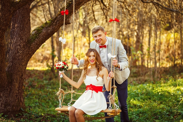 Stijlvolle paar verliefd portret, jonggehuwde man en vrouw knuffelen