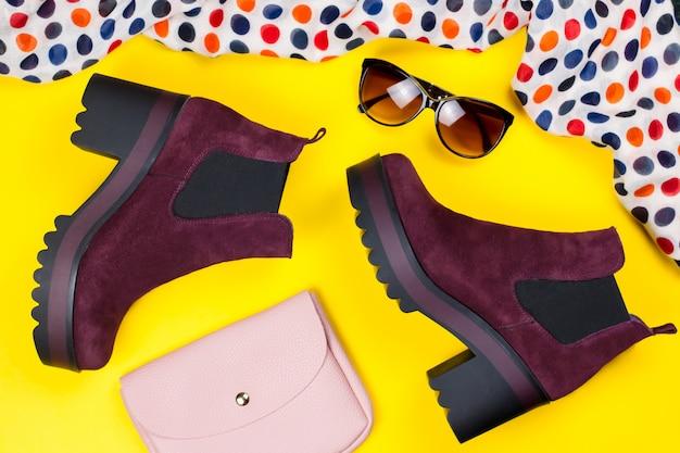 Stijlvolle paarse suède enkellaarzen, roze tas, zonnebril en bedrukte sjaal