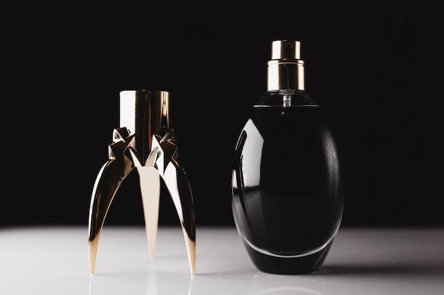 Stijlvolle parfumfles op zwart
