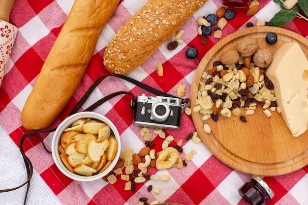 Stijlvolle picknick op het groene gazon. verse croissants en een theepot met thee op een sprei