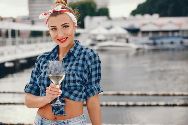 Stijlvolle pin-up meisje met de wijnstok
