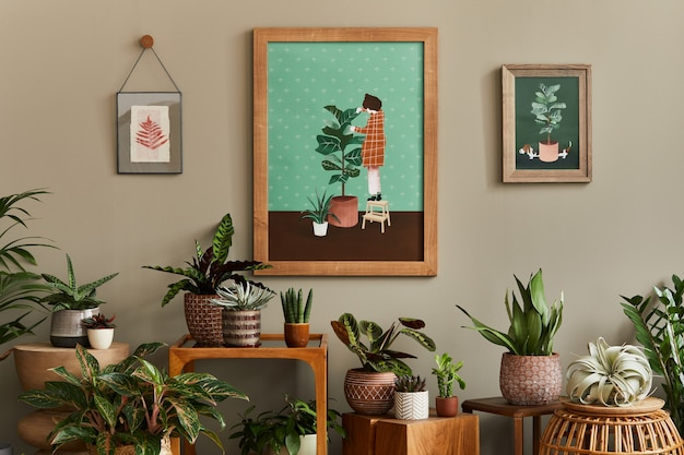 Stijlvolle plantkundesamenstelling van huistuininterieur met houten mock-up posterframe, gevuld met veel mooie kamerplanten, cactussen, vetplanten in verschillende designpotten en bloemenaccessoires. sjabloon