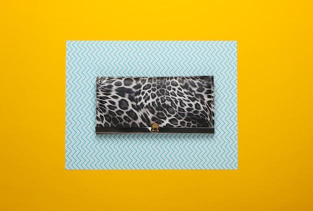 Stijlvolle portemonnee op een blauw-gele creative. modieus minimalisme.