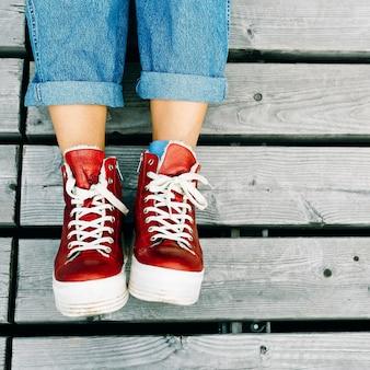 Stijlvolle rode sneakers. stedelijke mode