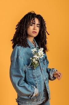 Stijlvolle romantische vrouw met bloemen in jas