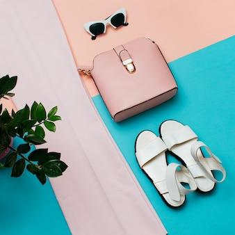 Stijlvolle roze kleding voor dames. mode broeken en accessoires. tas. zomertrend. bovenaanzicht