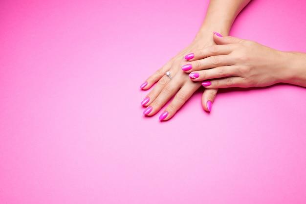 Stijlvolle roze manicure op roze