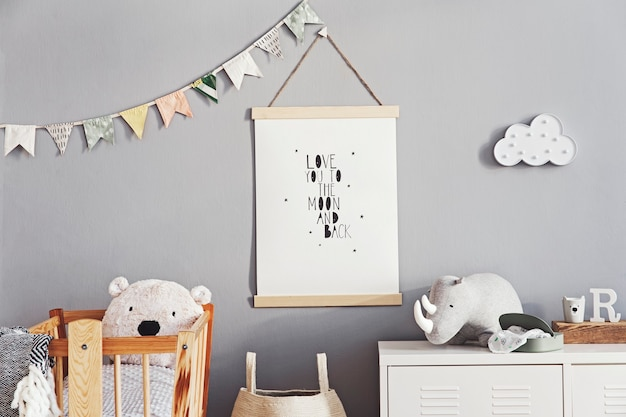 Stijlvolle scandi kinderkamer met houten fotolijst, houten en pluchen speelgoed, dozen, blokken en accessoires