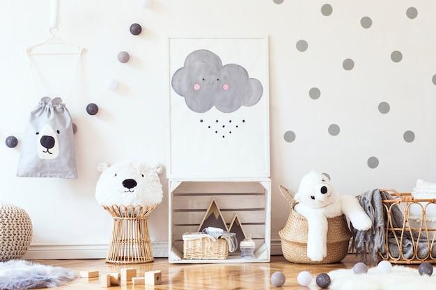 Stijlvolle scandinavische kinderkamer met poster, speelgoed, teddybeer, pluche dier, natuurlijke poef en kinderaccessoires