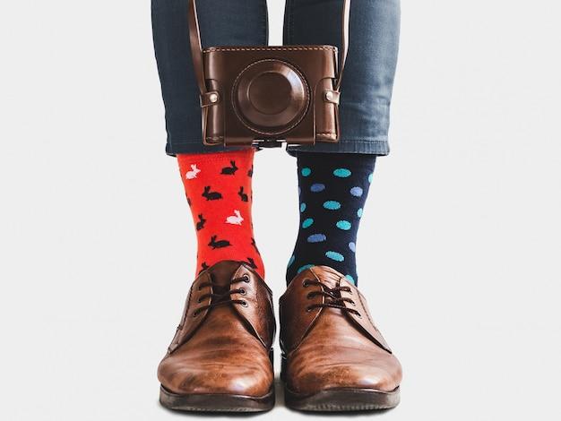 Stijlvolle schoenen, lichte sokken en vintage camera