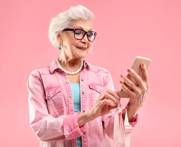 Stijlvolle senior vrouw in roze