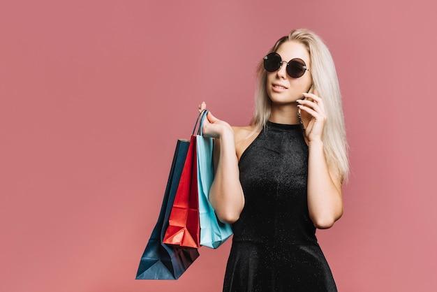 Stijlvolle shopper praten op smartphone