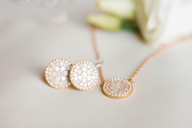 Stijlvolle sieraden: hanger en oorbellen close-up