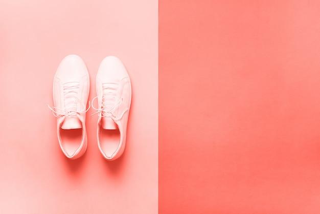 Stijlvolle sneakers en touw met achtergrond kopie ruimte. bovenaanzicht minimale vlakligging. zomer schoenen collectie.