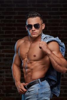 Stijlvolle sportieve man in denim kleding.
