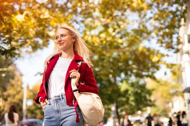 Stijlvolle student in een stadsstraat
