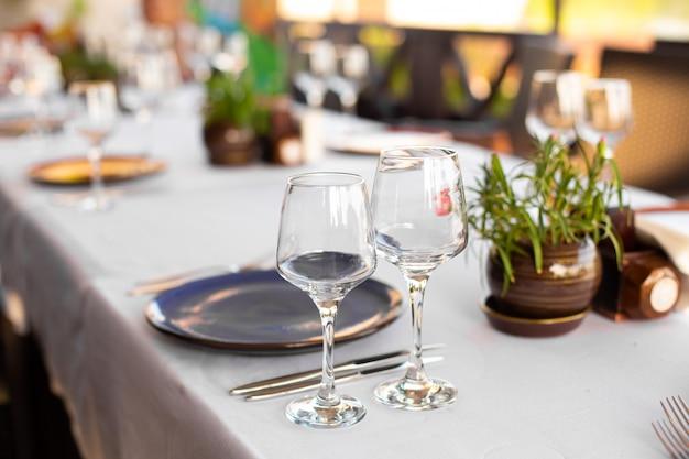 Stijlvolle tafelsetting in een openluchtrestaurant.