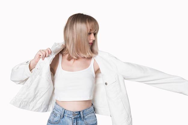 Stijlvolle tienermeisje in witte tanktop streetwear-shoot voor dames met ontwerpruimte