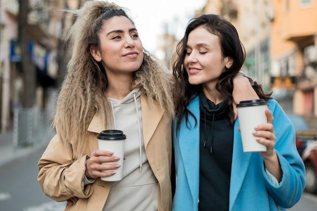Stijlvolle tieners samen wandelen