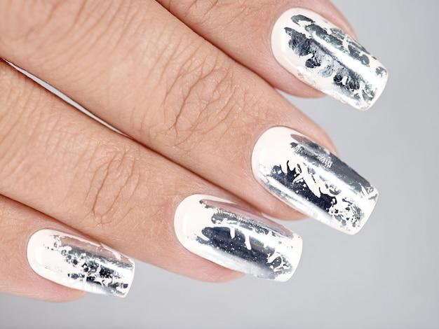 Stijlvolle trendy vrouwelijke zilveren manicure.