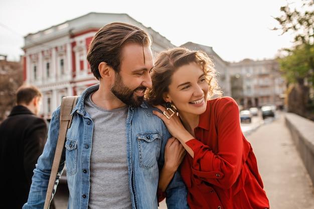Stijlvolle verliefde paar wandelen omarmen in straat op romantische reis