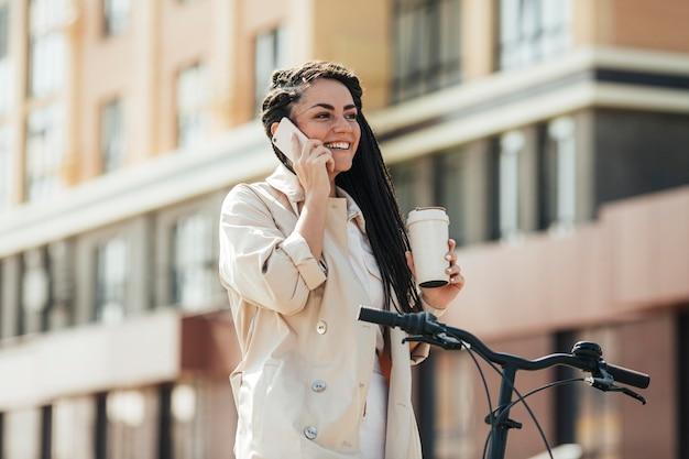 Stijlvolle volwassen vrouw praten over de telefoon