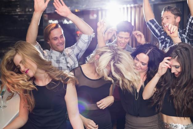 Stijlvolle vrienden dansen en lachen