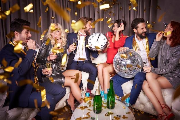 Stijlvolle vrienden op een nieuwjaarsfeest
