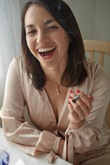 Stijlvolle vrouw die thuis een joint rookt