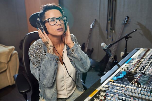 Stijlvolle vrouw die werkt in geluidsstudio