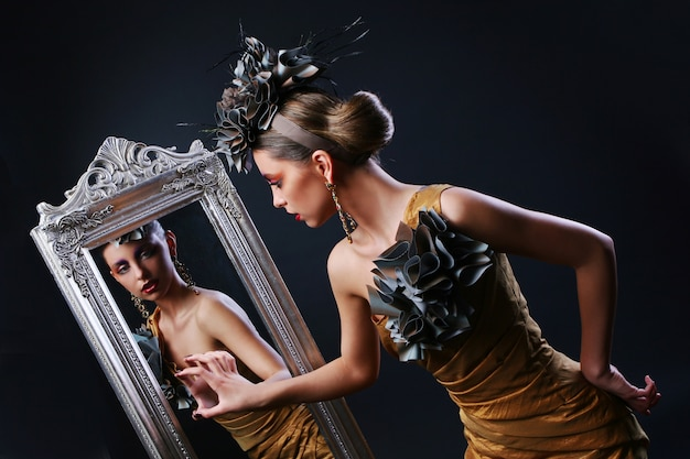 Stijlvolle vrouw en spiegel