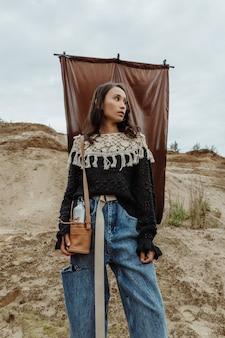 Stijlvolle vrouw gekleed als een indiaan