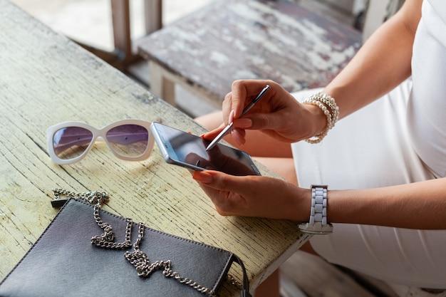 Stijlvolle vrouw handen met behulp van smartphone