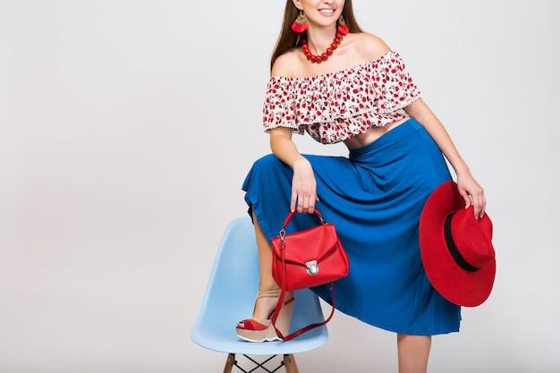 Stijlvolle vrouw in geïsoleerde zomer outfit poseren in mode trend geïsoleerd