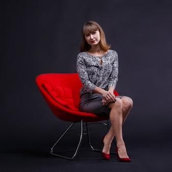 Stijlvolle vrouw in rode schoenen