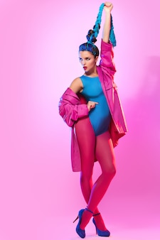 Stijlvolle vrouw in roze en blauwe kleding